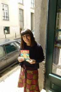 Isabel Minhós Martins with the Brazilian edition of O Mundo Num Segundo.