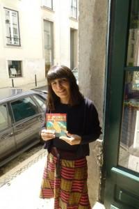 Author Isabel Minhós Martins with the Brazilian edition of O Mundo Num Segundo.